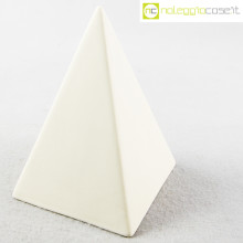 Piramide in ceramica bianca