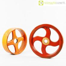 Ruote in legno rossa e arancione
