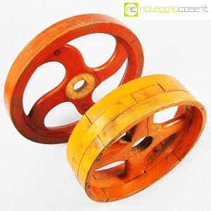Ruote in legno rossa e arancione (4)