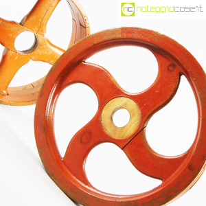 Ruote in legno rossa e arancione (8)