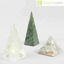 Piramidi in marmo e vetro
