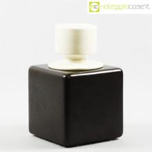Contenitore nero con tappo bianco