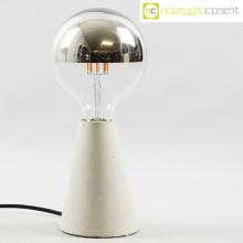 Lampada con base in cemento grigio