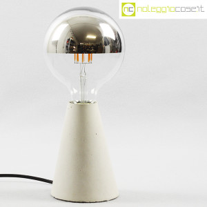 Lampada con base in cemento grigio (1)