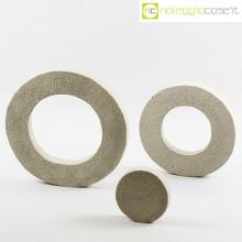 Anelli in cemento grezzo grigio